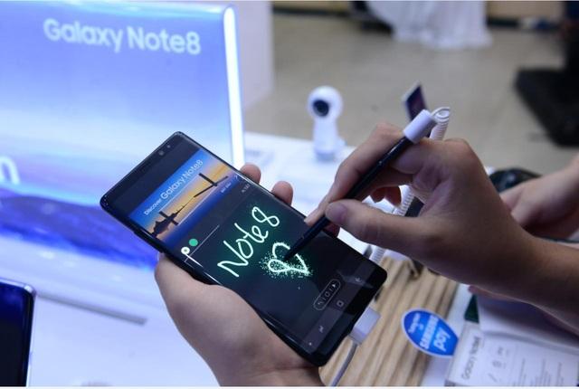 Cận cảnh khách hàng trải nghiệm tận tay Galaxy Note8