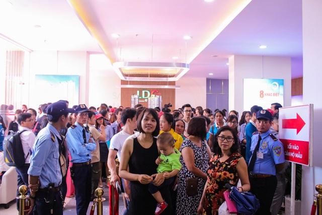 Đông đảo khách hàng xếp hàng tham quan khu nhà mẫu căn hộ Saigon Intela.