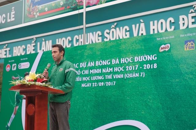 """""""Là người bạn thân thiết của các em nhỏ lứa tuổi học đường, Nestlé MILO luôn sát cánh và nuôi dưỡng trong các em tình yêu với thể thao, đặc biệt là niềm đam mê với trái bóng tròn,"""" ông Ali Abbas, Giám đốc kinh doanh ngành hàng thức uống dinh dưỡng và sữa công ty Nestlé Việt Nam cho biết"""