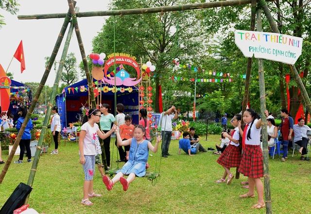 Tại công viên Yên Sở, thường xuyên có các hoạt động vui chơi do các bậc phụ huynh, trường học tổ chức.