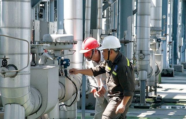 Kỹ sư bảo dưỡng PVTEX kiểm tra, đánh giá thiết bị nhà máy.