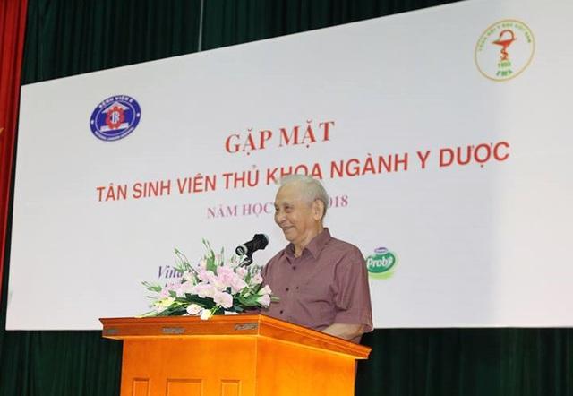 GS.TS. Nguyễn Khánh Trạch dặn dò tân sinh viên giữ vững ý chí quyết tâm theo đuổi ngành nghề đã chọn.