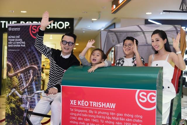 Gia đình Hoàng Bách tại họp báo ra mắt Thương hiệu Truyền thông mới của Tổng cục Du lịch Singapore
