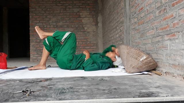 Một nữ công nhân nghỉ trưa tại căn biệt thự bỏ hoang ở KĐT Lê Trọng Tấn.