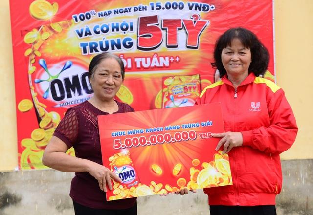 Bà Nguyễn Thị Sinh - Giám đốc Nhà phân phối Unilever tỉnh Thanh Hóa trao giải thưởng OMO 5 tỷ cho bà Lý Thị Liên.