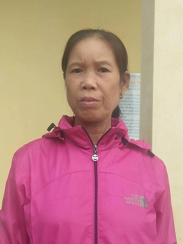 Cô Trương Thị Lan ngã khuỵu vì nhận quyết định nghỉ hưu kèm mức lương 1,3 triệu đồng/tháng.