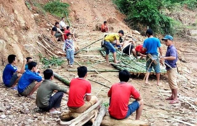 Người dân đang làm cầu tạm bằng luồng để qua suối - Ảnh: Lò Thị Tuyền