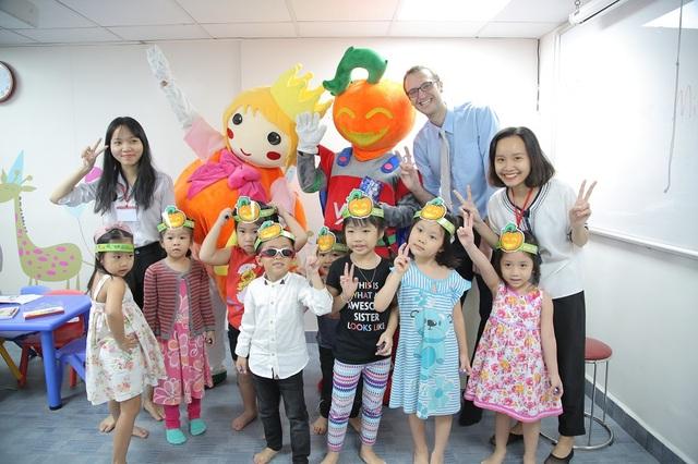 Đây rồi! Công chúa và hiệp sĩ Bí Ngô đã tới thăm các em học sinh Anh văn Hội Việt Mỹ VUS.