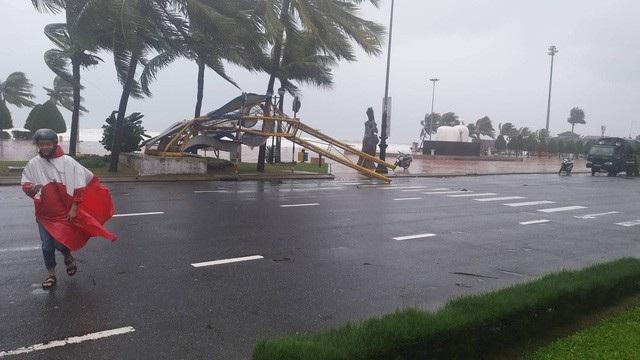 Cổng chào ven biển Đà Nẵng đổ sập trong bão - 12