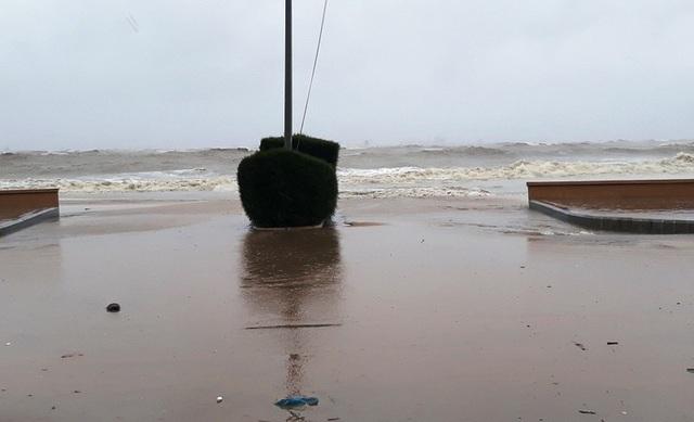 Biển Quy Nhơn sóng lớn đánh mạnh kéo bùn cà lên đường Xuân Diệu (ảnh Doãn Công)