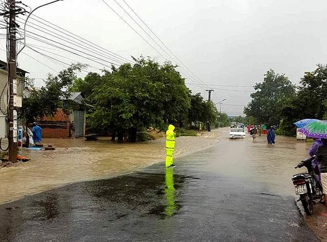 Nước tràn ra đường QL 25, khiến giao thông bị ách tắc