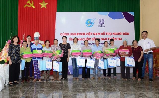 Đại diện Công ty Unilever Việt Nam - Hội Liên hiệp Phụ nữ Việt Nam trao quà cho người dân Thanh Hóa