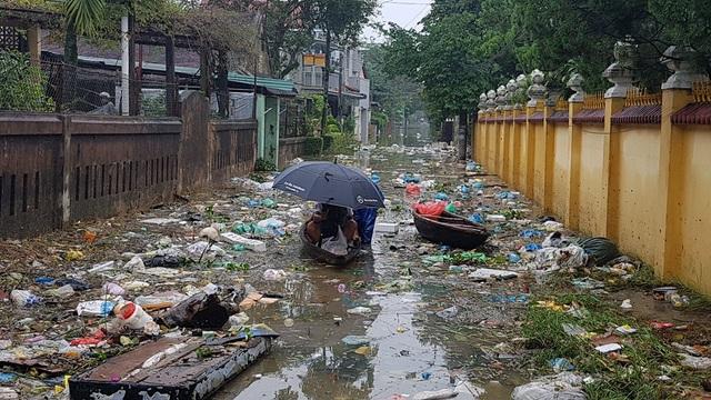 Đường Tịnh Tâm với lượng rác khổng lồ do lũ đưa về