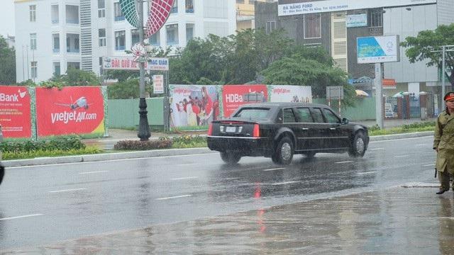Đoàn xe của Tổng thống Mỹ có khoảng 10 xe được cảnh sát giao thông dẫn đường, hộ tống từ sân bay Đà Nẵng, trong đó có hai chiếc Cadillac One.