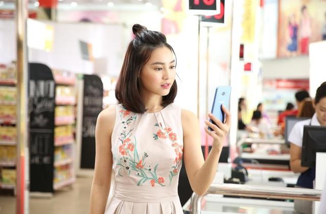 Không cần phải đau đầu nhớ mã số CVV hay vất vả giữ hàng tá thẻ trong ví, Ninh Dương Lan Ngọc chỉ cần dùng bảo mật sinh trắc học (vân tay – mống mắt) để xác thực, còn lại Samsung Pay với nền tảng KNOX đã bảo đảm mọi sự an toàn cho thanh toán của cô nàng.