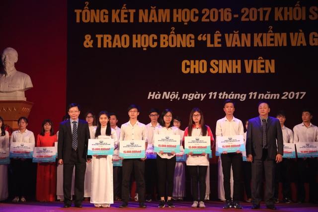 Sinh viên Đại học Thủy Lợi đón nhận học bổng Lê Văn Kiểm