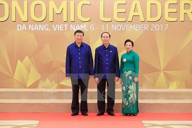 Chủ tịch nước Trần Đại Quang và Phu nhân đón Chủ tịch Trung Quốc Tập Cận Bình tới dự chiêu đãi. (Ảnh: TTXVN)