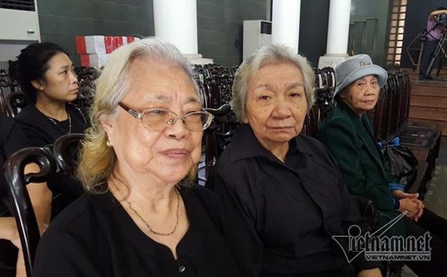 Bà Trịnh Đoan Trang (ngồi giữa) chia sẻ lời dặn dò của mẹ.