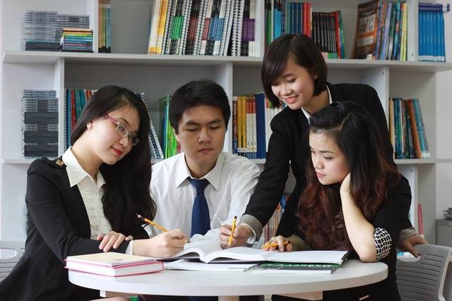 Cô gái 9X Quỳnh Nguyễn (thứ hai từ phải sang) khi còn làm việc tại tập đoàn KinderWorld.
