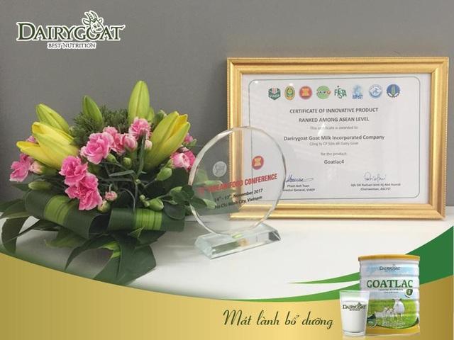 Bằng chứng nhận và Cup dành cho sản phẩm Goatlac 4 của Công ty Cổ phần Sữa dê Dairygoat
