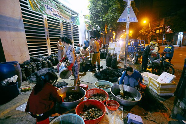 """TP HCM: Chợ """"độc"""" gần nửa thế kỷ chỉ bán một mặt hàng lúc nửa đêm - 1"""