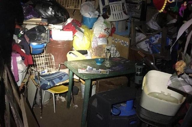 Căn hầm cực kỳ bẩn thỉu và chất đầy đồ đạc