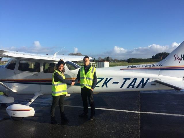 Học viên phi công Việt Nam và giảng viên sau bài bay thực hành.