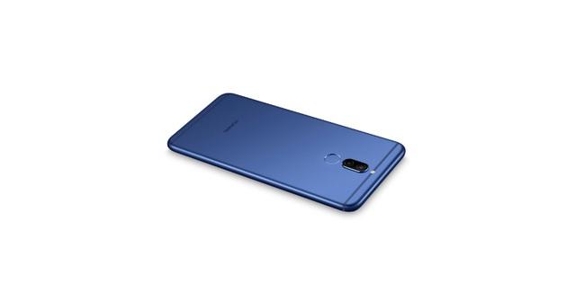Phần thân kim loại nguyên khối phủ mượt vỏ xanh đậm đà, ôm trọn từ phần lưng và khung viền. Các nút vật lí cũng được làm đồng màu xanh bắt mắt. Nét chấm phá nằm ở dải antena mặt lưng, có màu xanh sẫm. Tất cả hòa quyện đồng nhất rất đẹp và thu hút