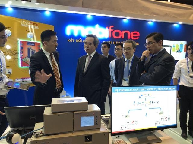 Ông Nguyễn Mạnh Hùng, Phó Tổng giám đốc MobiFone giới thiệu về các giải pháp công nghệ của MobiFone