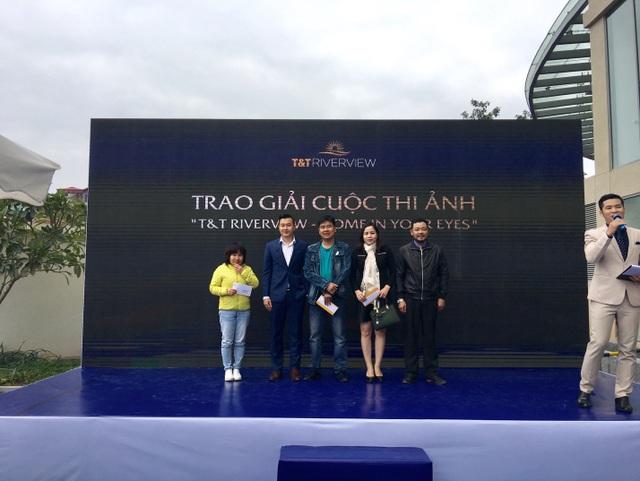Đại diện T&T Land trao giải thưởng cho chủ nhân 3 căn hộ đạt giải thưởng cuộc thi