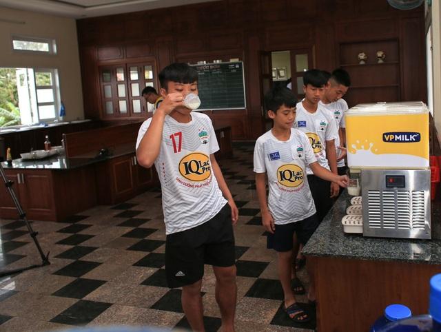 Các cầu thủ nhí cũng tuân thủ chế độ dinh dưỡng gồm 1 lít sữa IQLac Pro mỗi ngày để cao lớn và có thể lực được mong đợi là tốt hơn các đàn anh