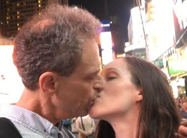 """Nhiều người bị sốc khi """"hai cha con"""" bỗng nhiên quay qua hôn nhau nồng cháy"""