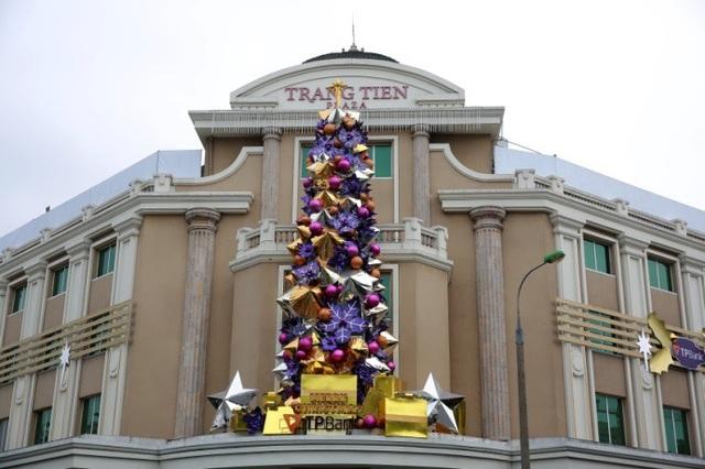 Thiết kế lấy cảm hứng từ những chiếc nón lá của Việt Nam để tạo nên cây thông Noel của phương Tây