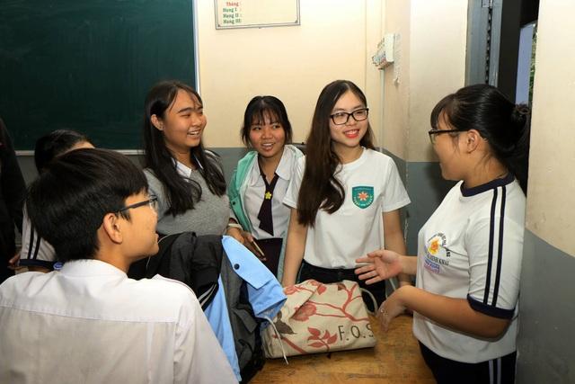 Các bạn học sinh trường Nguyễn Thị Minh Khai (Tp.HCM) chia sẻ cảm xúc vui mừng, háo hức và mong đợi những kết quả bất ngờ đến từ cuộc thi.