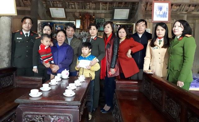 Mỗi sổ tiết kiệm do Ban Khuyến học công an tỉnh Phú Thọ tặng trị giá 30 triệu đồng.