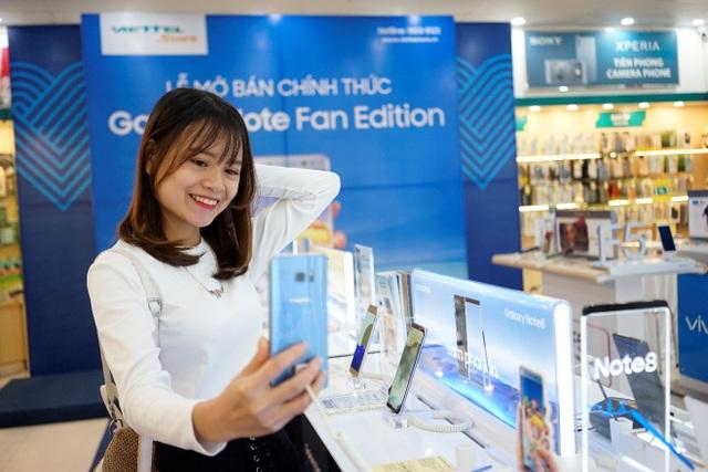 Cô bạn trẻ Võ Linh Hương rất hài lòng khi selfie bằng Samsung Galaxy Note FE