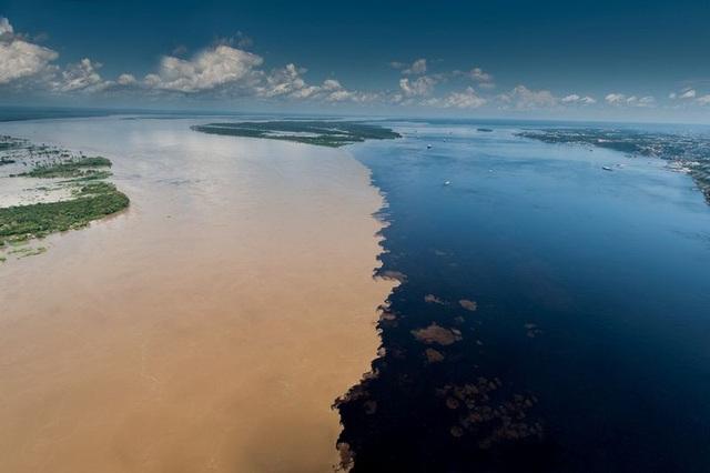 Bí ẩn dòng sông có hai màu nước không hòa lẫn - 1