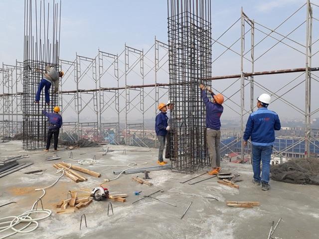 Công nhân đang thi công trên mặt sàn tầng 10 của công trình.