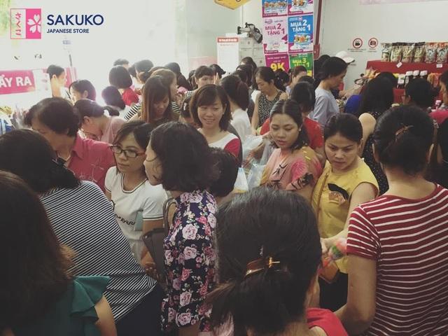 Số lượng người đổ dồn đến chuỗi siêu thị hàng Nhật Sakuko Japanese Store trong mỗi đợt khuyến mãi chứng tỏ được sức hút của hàng Nhật đối với người Việt