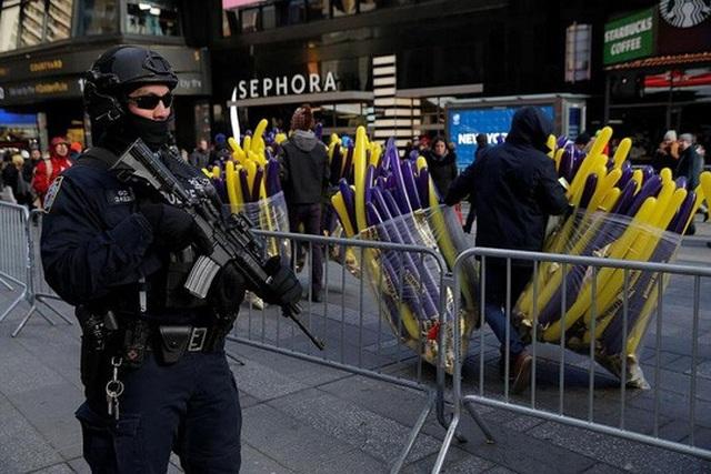 Cảnh sát chống khủng bố tuần tra tại Quảng trường Thời đại, New York, hôm 29-12. Ảnh: Reuters