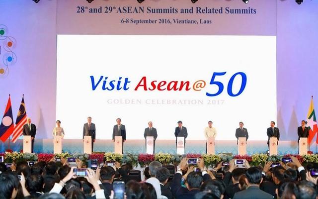"""Ngày 6/9/2016, tại Thủ đô Vientiane (Lào), Thủ tướng Nguyễn Xuân Phúc và các trưởng đoàn nhấn nút khởi động Chiến dịch """"Du lịch ASEAN@50"""" tại Hội nghị Cấp cao ASEAN lần thứ 28-29. (Ảnh: Thống Nhất/TTXVN)"""