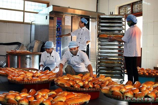 Sản xuất bánh mì phục vụ thợ mỏ Vàng Danh
