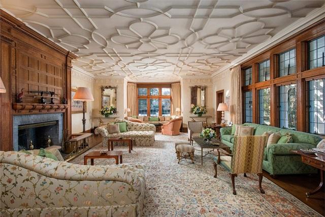 Khu vực trần nhà trong một số căn phòng được làm từ thạch cao với những hình vẽ kì lạ