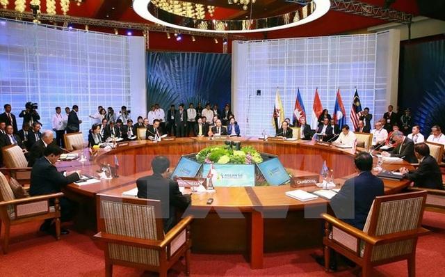 Thủ tướng Nguyễn Xuân Phúc dự phiên họp toàn thể Hội nghị Cấp cao ASEAN lần thứ 30 tại thủ đô Manila (Philippines) sáng 29/4/2017. (Ảnh: Thống Nhất/TTXVN)