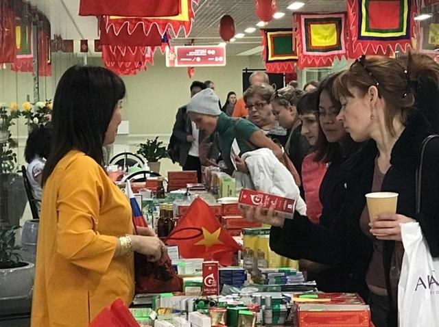 Các bà nội trợ Nga xem hàng hoá từ Việt Nam