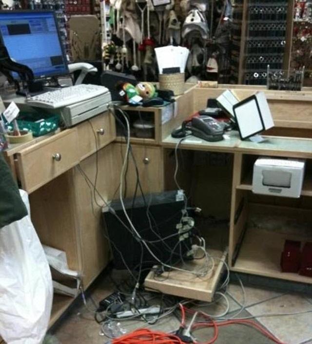 Thời đại của máy vi tính không hề làm nơi làm việc gọn gàng hơn.