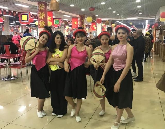 Các cô gái Việt Nam xinh đẹp tại ngày hội.