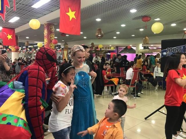 Các nhân vật phim nổi tiếng đến ngày hội làm các bé thích thú.