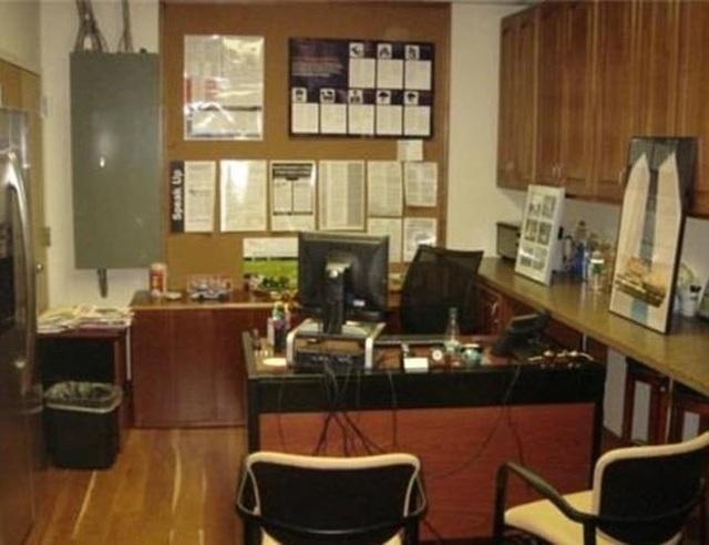 Văn phòng làm việc ngay trong khu bếp.
