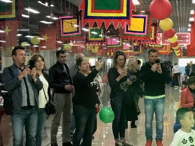 Khách người Nga thích thú ghi hình những gì diễn ra tại ngày hội.